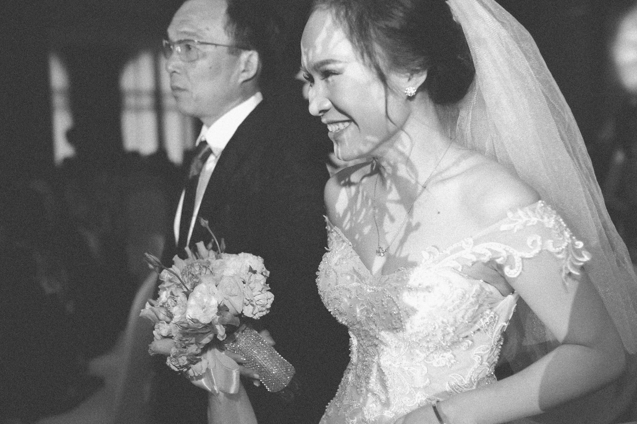 Bố cô dâu thể hiện sự lo lắng và cố gắng dấu đi giọt nước mắt
