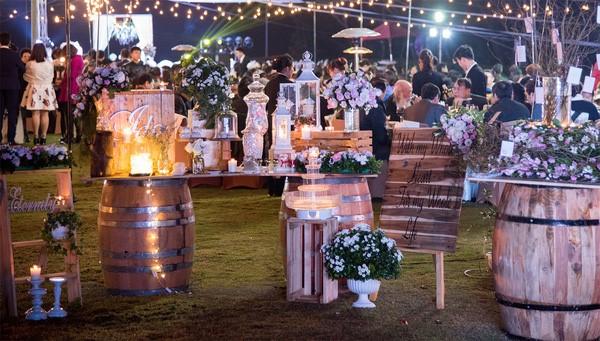 Tiệc cưới ngoài trời vào buổi đêm tại khuôn viên Công Viên Nhỏ