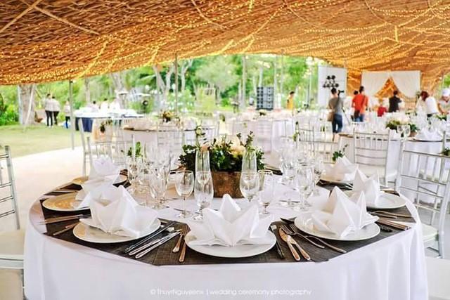 Điểm nhấn đặc biệt của lễ cưới là hiệu ứng ánh sáng của hàng nghìn chiếc đèn vàng ấm áp, tạo thành bầu trời sao rực sáng khi nắng tắt