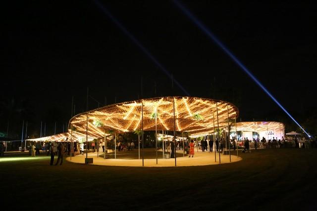 Trong không gian mở đầy sáng tạo, khách mời đã được thưởng thức bữa tiệc của ánh sáng và âm thanh giao hòa