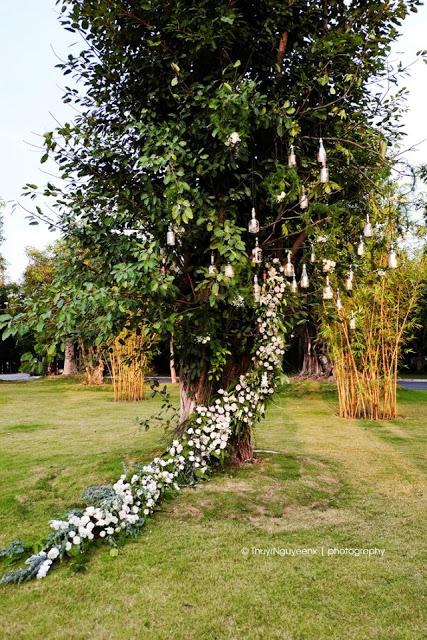 Hoa tươi là một trong những điểm nhấn ấn tượng của tiệc cưới