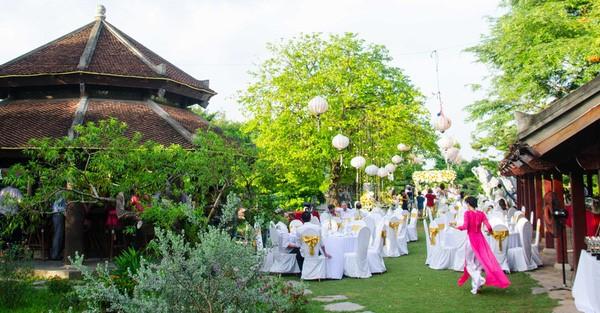 Gia đình và người thân chia sẻ niềm vui trong ngày cưới của cặp đôi