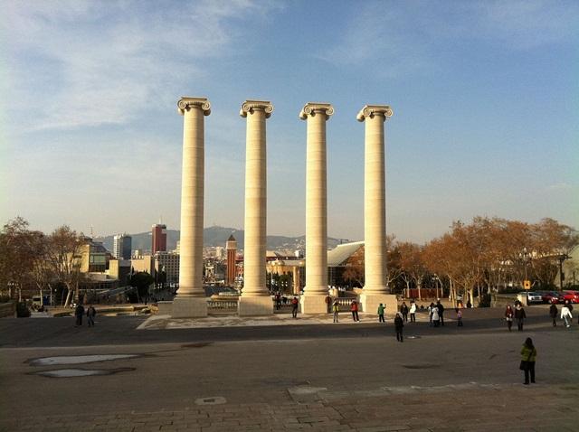 Hình ảnh 4 cột trụ trắng tại Tây Ban Nha