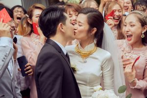 Đông Nhi và Ông Cao Thắng trao nhau nụ hôn hạnh phúc