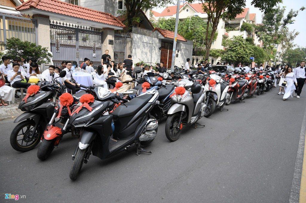 Fan dùng xe máy để đưa dâu trong ngày trọng đại của Đông Nhi và Ông Cao Thắng