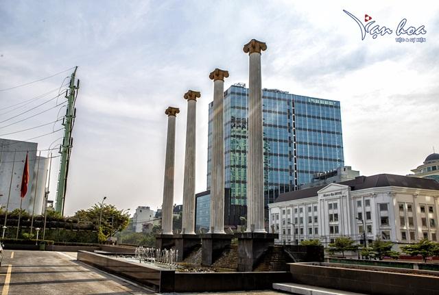 Hình ảnh 4 cột trụ trắng tại Vạn Hoa Premium