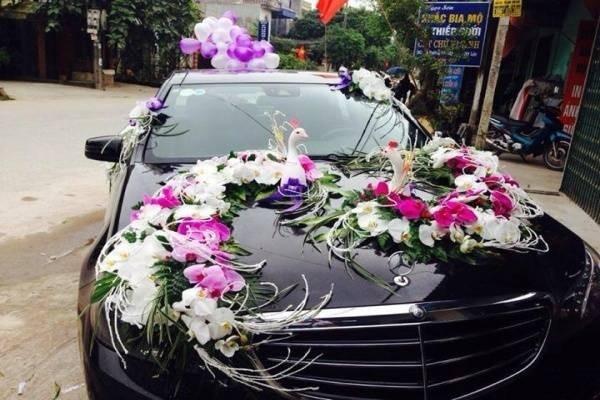 Dịch vụ thuê xe cưới với hoa cưới cầu kỳ