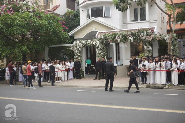 Nhà Đông Nhi trang trí màu trắng đen và có vệ sỹ bảo vệ