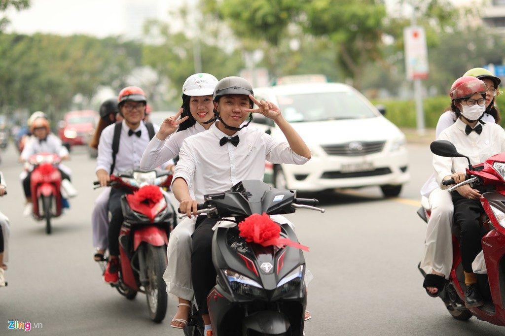 Fan dùng xe máy để đi cùng Đông Nhi và Ông Cao thắng