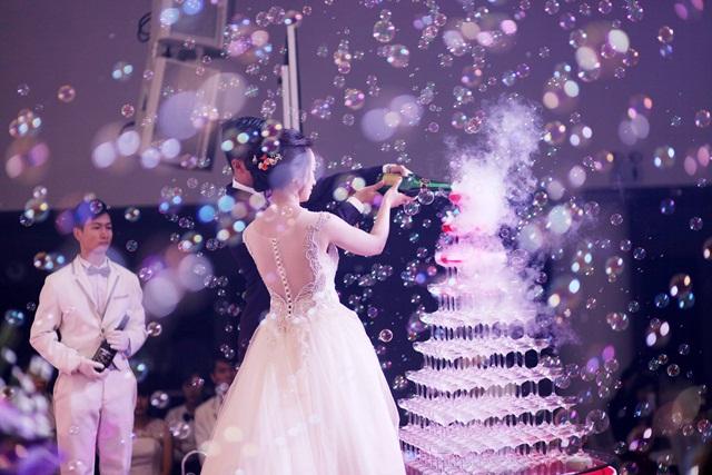 Hình ảnh minh họa rót rượu champagne tiệc cưới